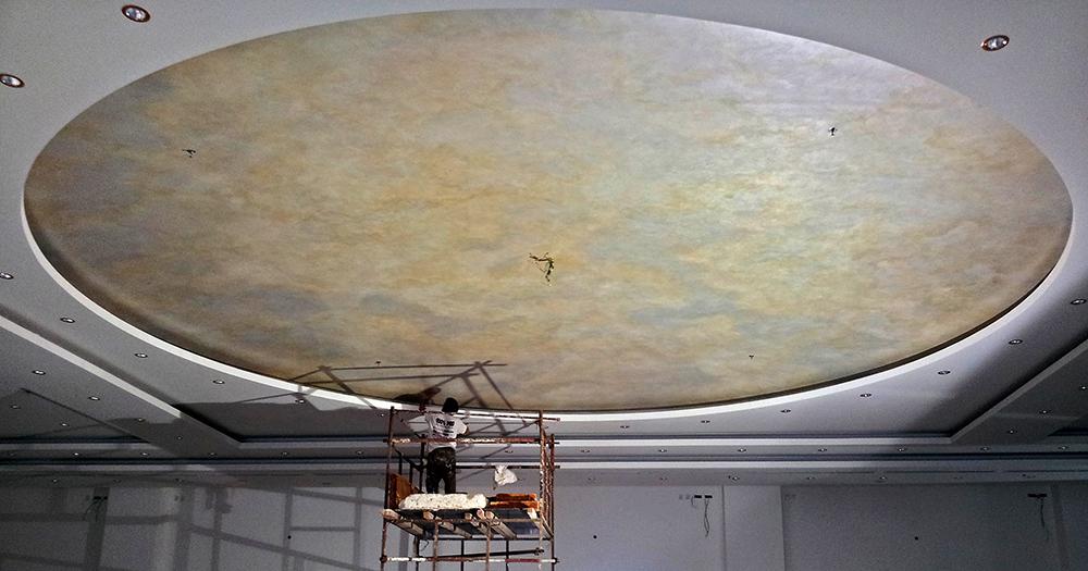 Plafond peint ciel argent or et nacre