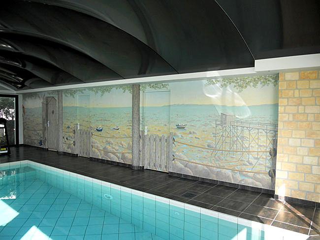 Décor peint sur murs et portes autour d'une piscine, mer et pêcheur
