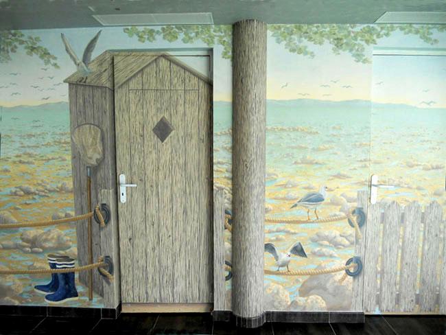 Décor peint sur murs et portes autour d'une piscine, mer et pêcheur detail