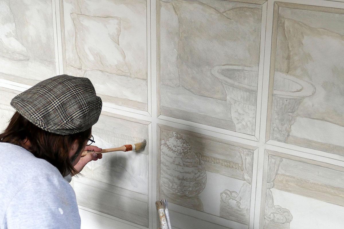 Frank Follaco peint un trompe l'oeil de fenêtre, avec ornements, dorure et intérieur