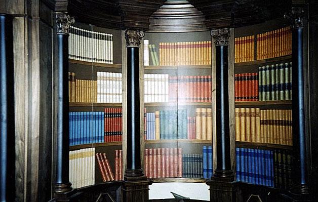 Fausse bibliothèque peinte, trompe l'oeil