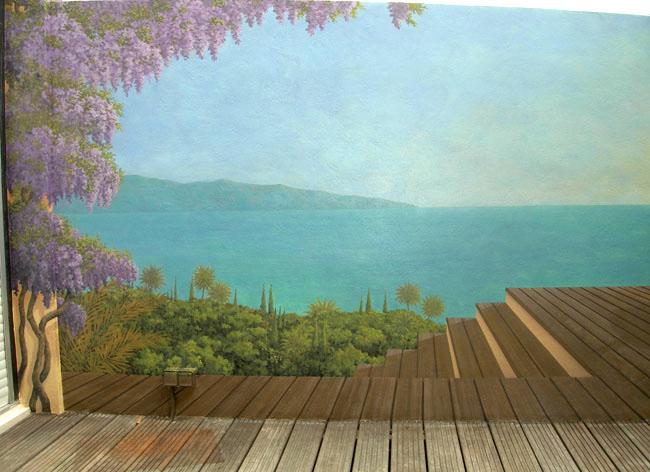 Décor peint sur mur extérieur, sol, mer et glycine