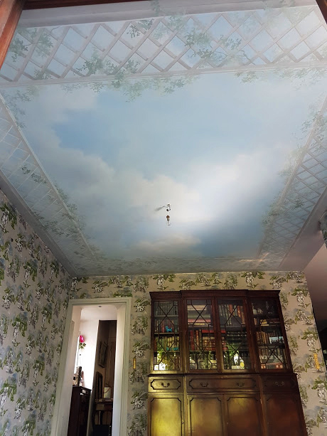 Plafond peint, ciel et treillage