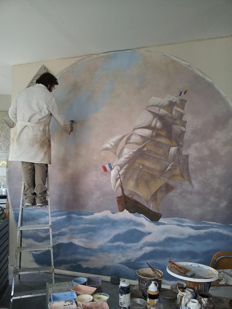 Frank Follaco peint la toile de la belle poule, pour le plafond