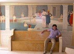 Frank Follaco devant sa toile orientaliste, d'après Jean-Léon Gérôme