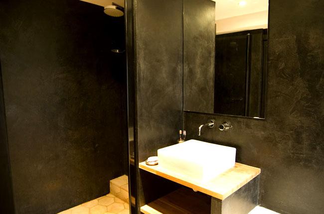 Décor murs salle de bains en marmorino noir
