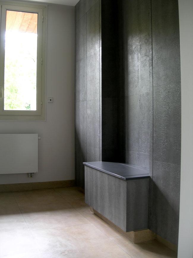 Décoration des murs et banquette avec une matière effet croco