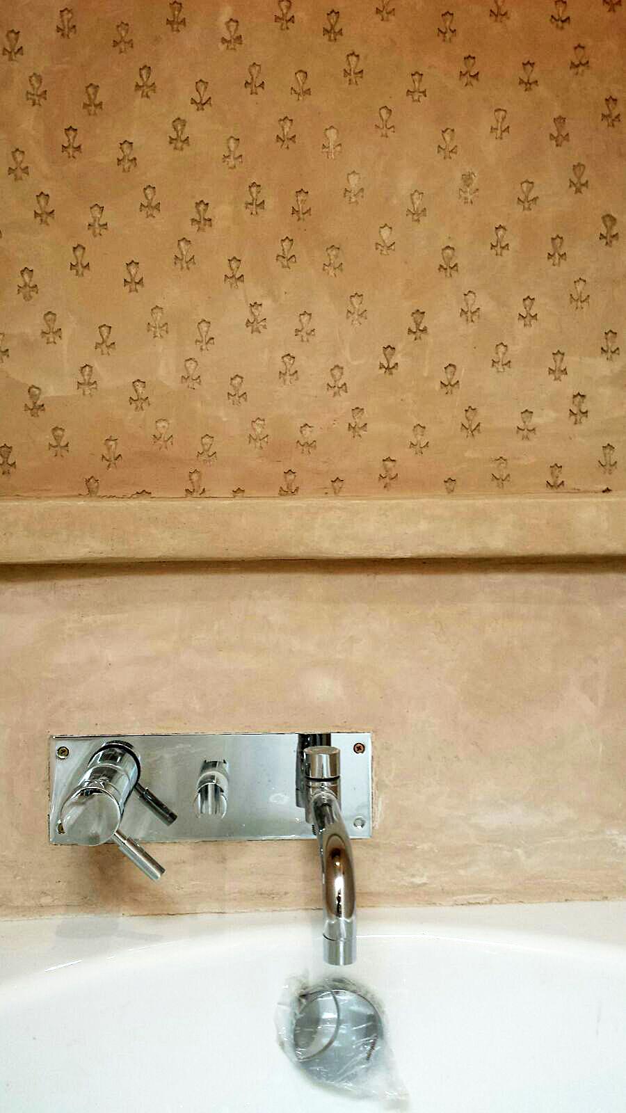 Mur dessus de baignoire en marmorino avec sgraffito