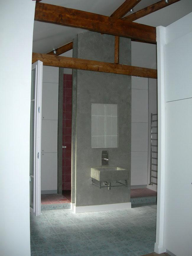 Décoration de salle de bains en marmorino - vasque, murs et carreaux framboise