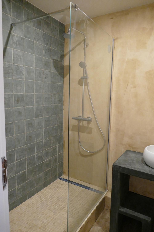 Salle de bains en marmorino et carreaux à la chaux