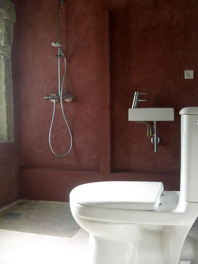 Décoration des murs en matière marmorino bordeaux