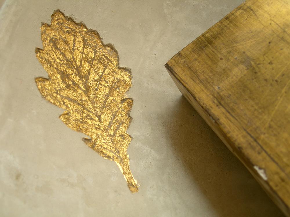 Sgraffito à la feuille d'or dans un mur à la chaux