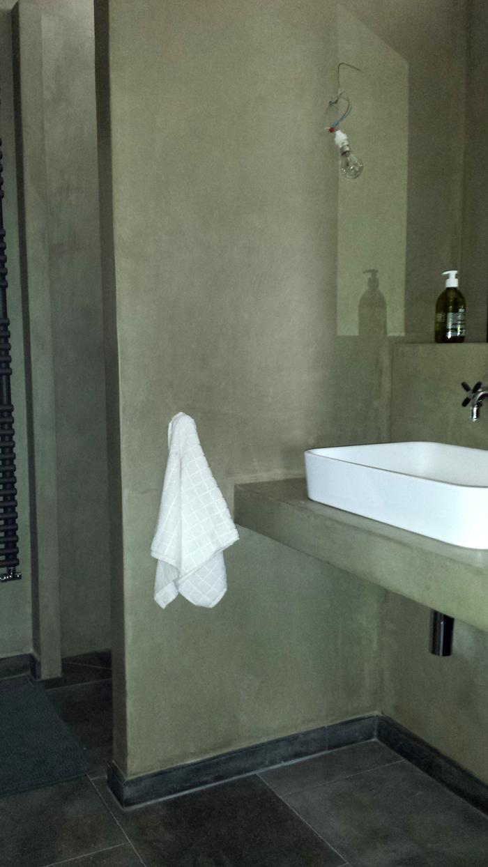 Murs en marmorino, salle de bains à la chaux
