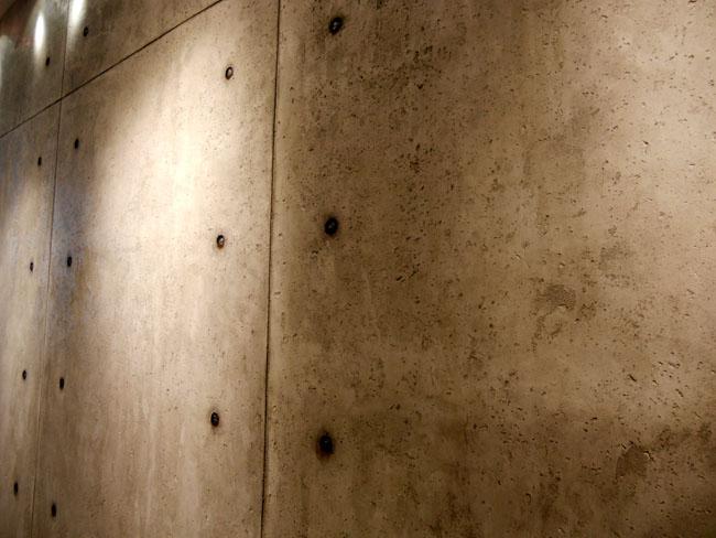 Béton brut de décoffrage - décoration murale à la chaux avec trompe l'oeil des jointages et trous