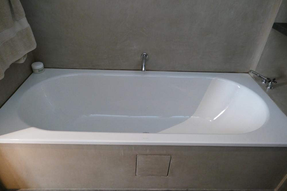 Murs de salle de bains et tablier de baignoire en marmorino, chaux