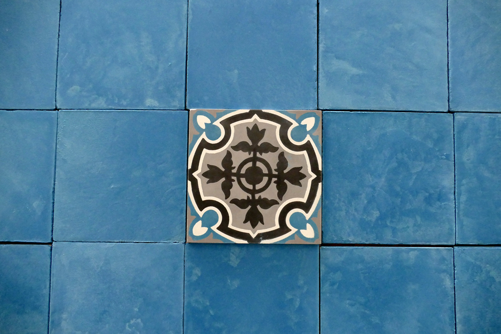 Carrelage personnalisé 15x15 cm, à la chaux, colori bleu sur mesure d'après un carrelage en ciment