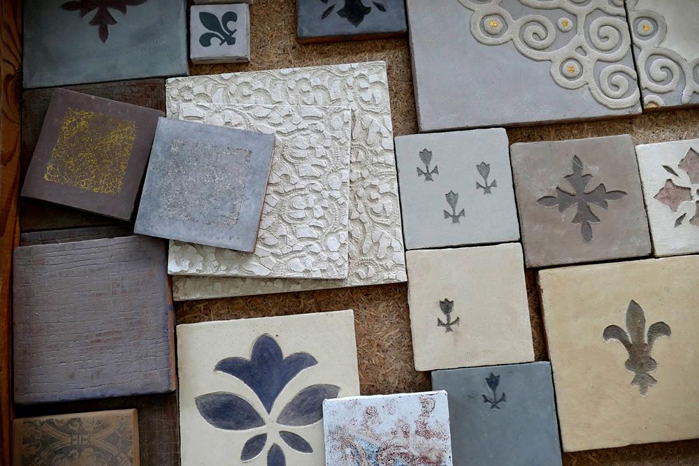Carreaux à la chaux, décors en sgraffito, impressions sur marmorino, comme du tadelakt