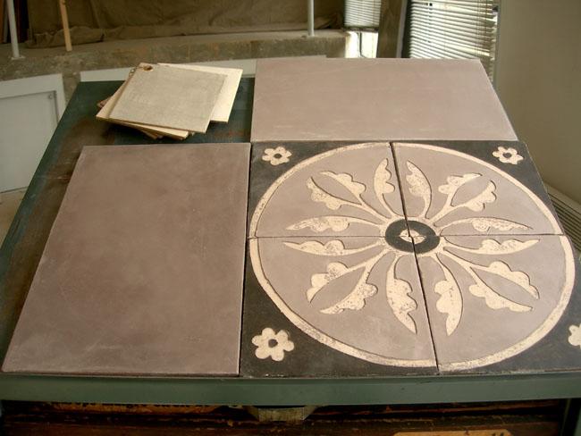 Carrelage motif sur mesure, 25x40 cm et décor en sgraffito sur carreaux  20x20 cm