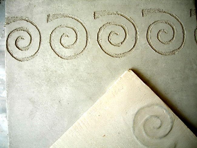 Carrelage personnalisé en marmorino avec décor  fossiles gravé en sgraffito
