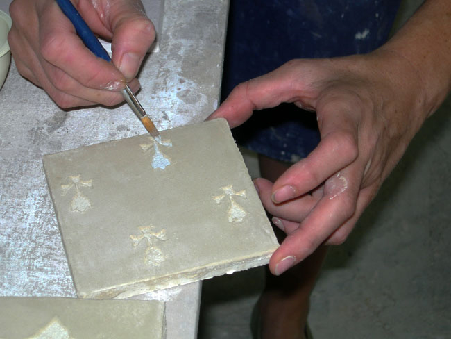 Création d'un décor en sgraffito, peinture a fresco, sur carrelage fait main en marmorino