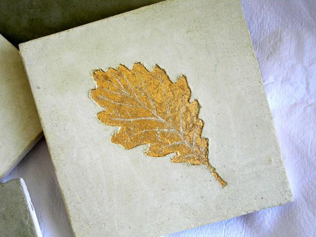 Décor carrelage sur mesure en sgraffito avec application de feuille d'or, sur carrelage en marmorino, 10x10 cm