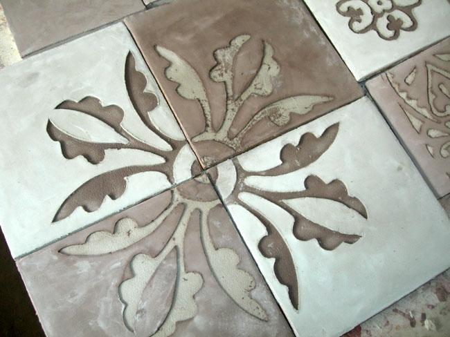 Décor carrelage motif en sgraffito sur carreau en marmorino