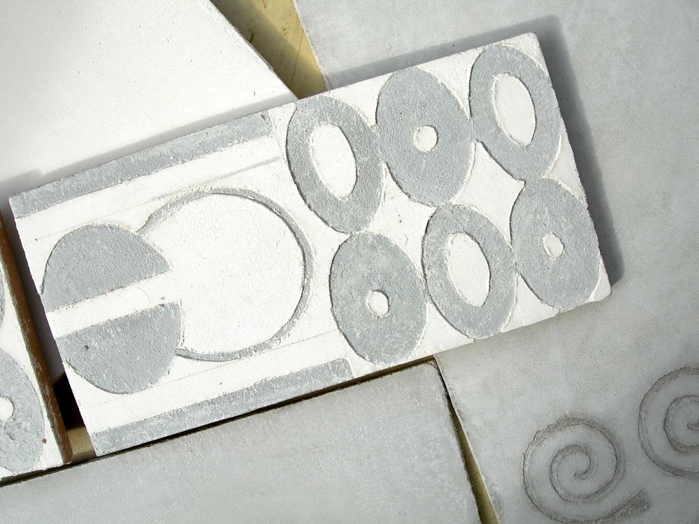 Décor carrelage en sgraffito, sur carreau fait main à la chaux, frise '70