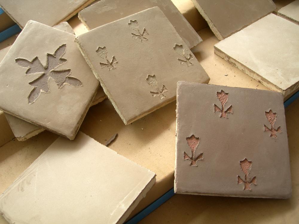 Décor carrelage, motif en sgraffito sur carreau fait main à la chaux, marmorino