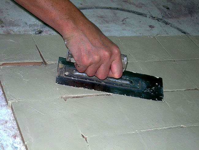 Aperçu de la réalisation de carreaux fait main  à l'atelier, ferrage de la chaux, comme du tadelakt